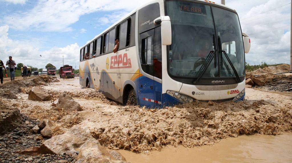 En Lima, el río Rímac se desbordó a su paso por el centro histórico e inundó el Parque de la Muralla (EFE)