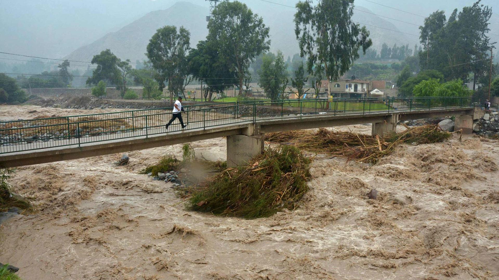 El Indeci indicó que las inundaciones han dejado en la norteña Piura 6 personas muertas, 10 heridos, 14.933 damnificados y 211.184 afectados; mientras que en Tumbes, región fronteriza con Ecuador, el Indeci reportó 1 muerto, 381 familias damnificadas y 24.292 familias afectadas (EFE)