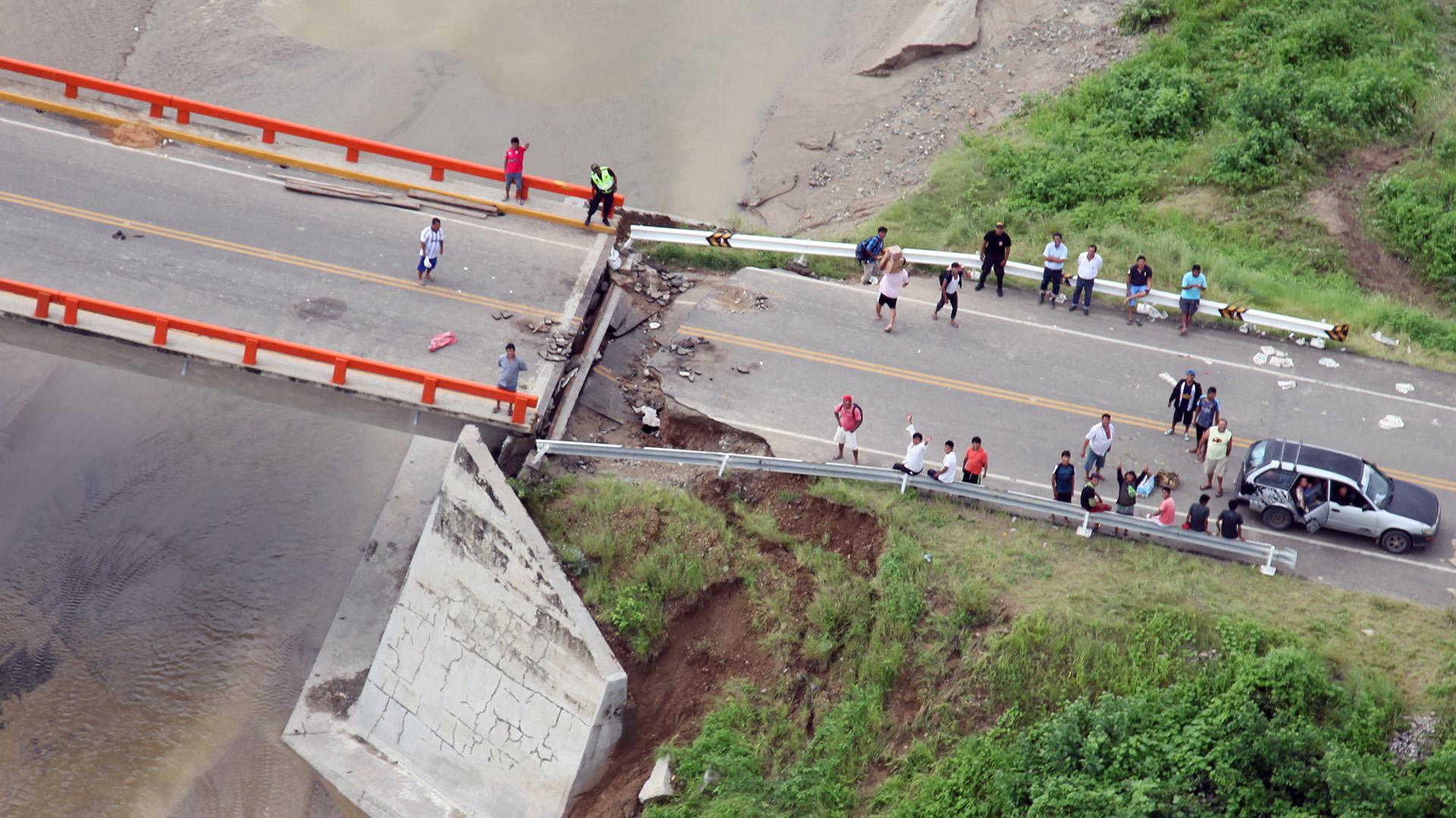 En Lima, el río Rímac se desbordó a su paso por el centro histórico e inundó el Parque de la Muralla, que exhibe parte de la antigua muralla que protegía a la ciudad durante la época colonial y donde también se ha colocado la estatua ecuestre del conquistador español Francisco Pizarro (AFP)