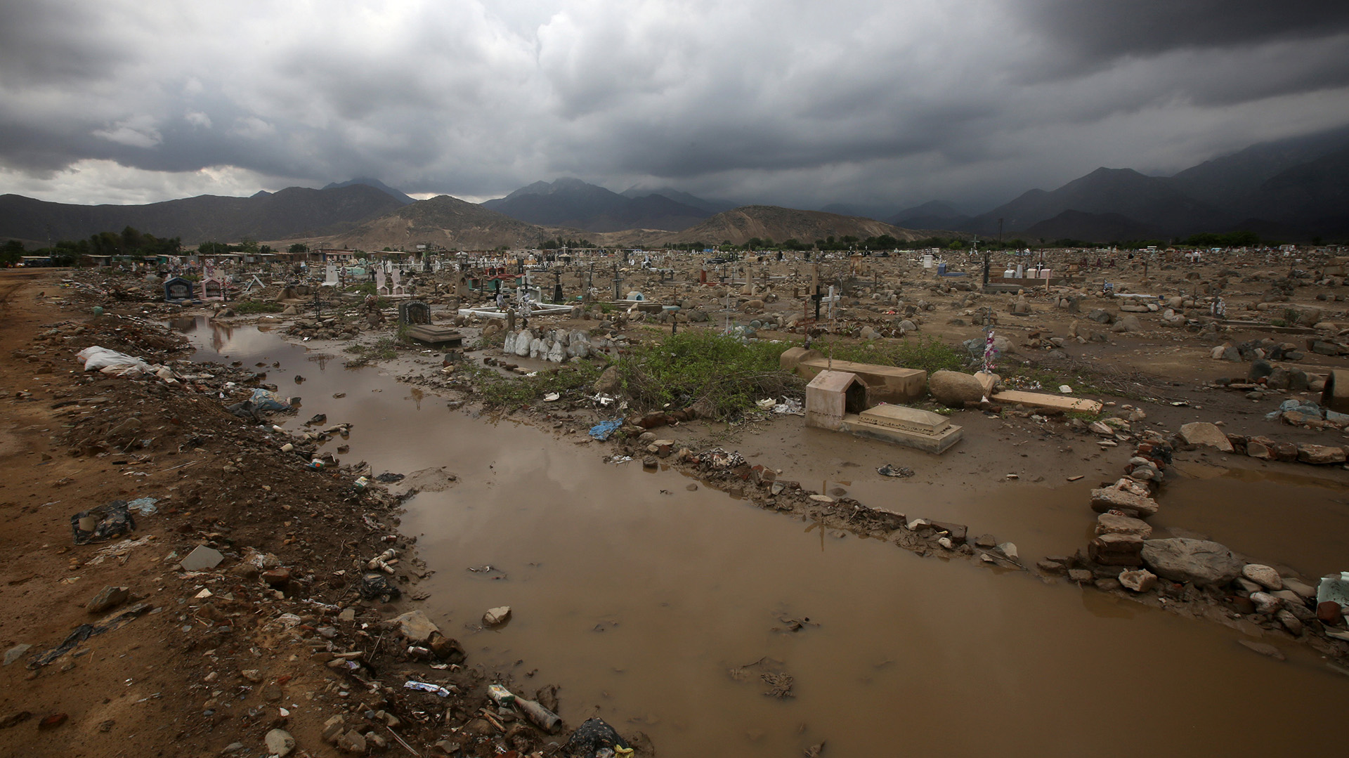 Perú afronta uno de los desastres naturales más fuertes de las últimas décadas, con lluvias, inundaciones y aludes que afectan a 20 de las 25 regiones del país y han causado, hasta el momento, al menos 43 muertos, 72 heridos, 11 desaparecidos y más de 56.293 damnificados, según los últimos reportes oficiales (Reuters)
