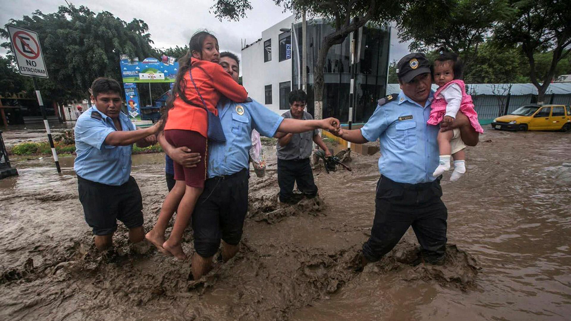 El Gobierno de Perú suspendió las clases en las escuelas de Lima Metropolitana, ordenó la restricción del servicio de agua potable hasta el jueves y dio dos horas de tolerancia para los trabajadores que puedan ser afectados por los desbordes causados por el incremento del caudal del río Rímac (Reuters)