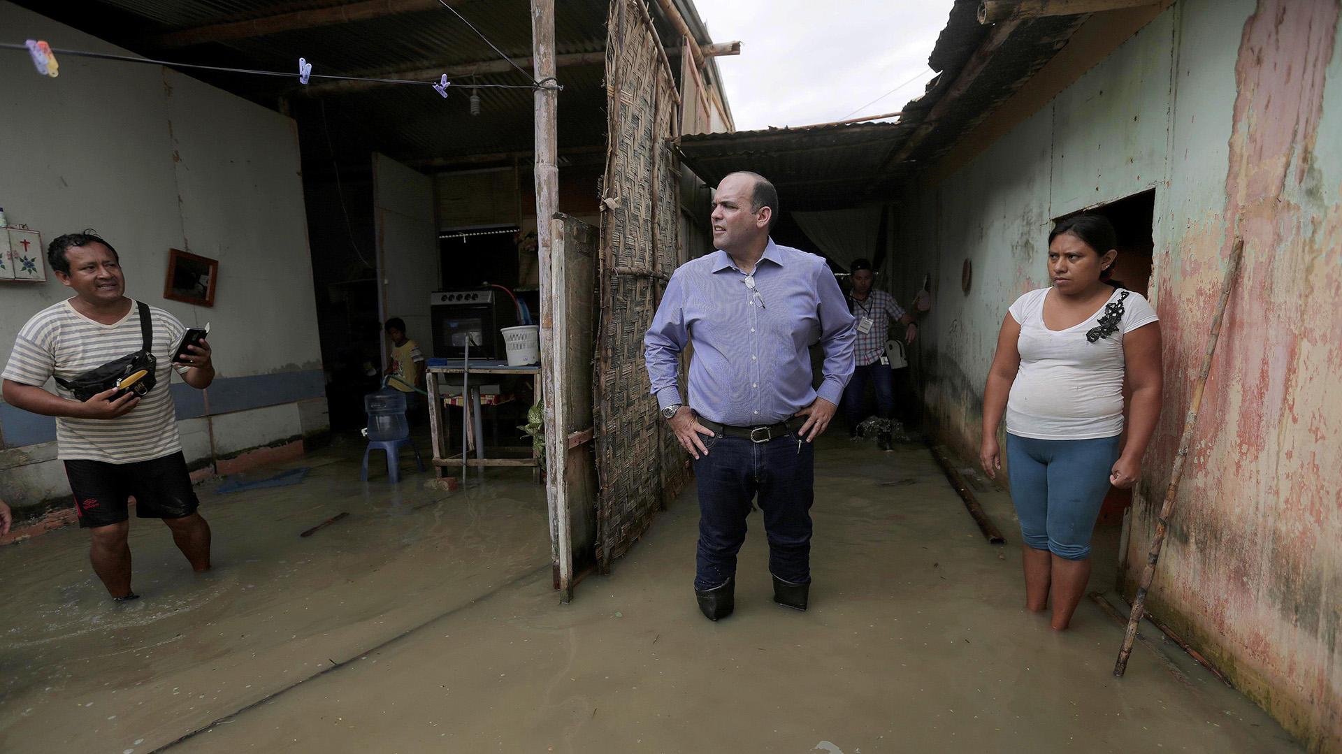 Fotografía cedida por la oficina de prensa de la Presidencia del Consejo de Ministros, muestra al primer ministro de Perú, Fernando Zavala, mientras observa una vivienda inundada por las lluvias torrenciales caídas sobre el sector de El Indio, en la provincia de Castilla, de la región de Piura, en la costa norte de Perú (EFE)