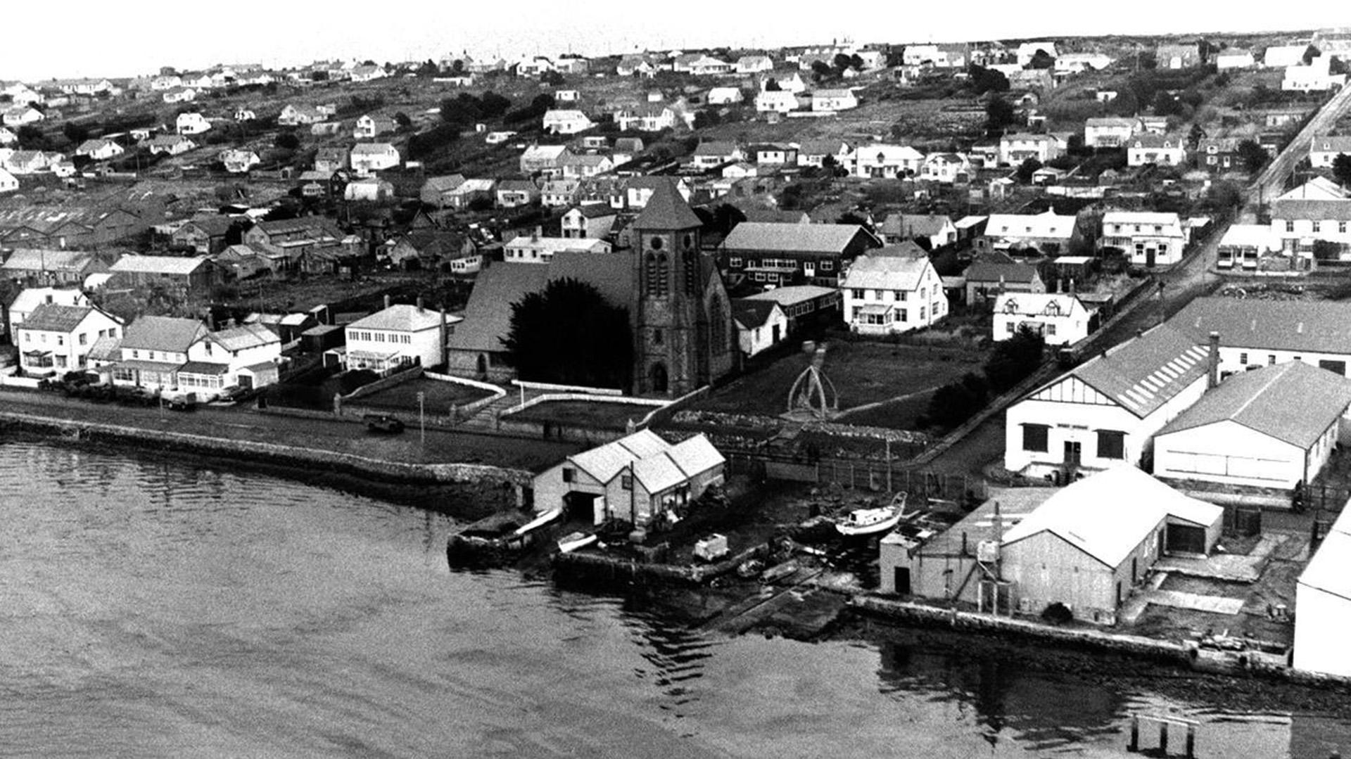 Puerto Argentino visto desde el aire el 29 de junio de 1982. En el centro de la imagen se puede observar una catedral anglicana (AP)