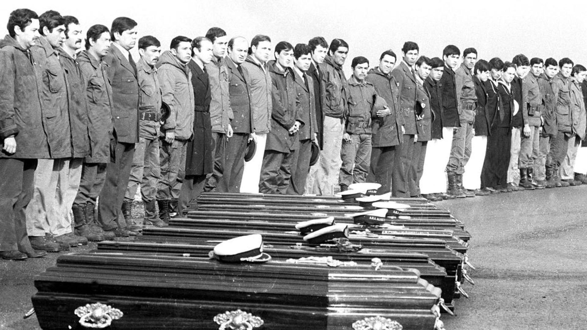 Sobrevivientes del barco de patrulla de la Armada Argentina, Alférez Sobral, de pie en posición de firmes durante una ceremonia en honor a sus compañeros que murieron cuando su barco fue atacado por el británico HMS Coventry, el 4 de mayo, 1982 (AFP)