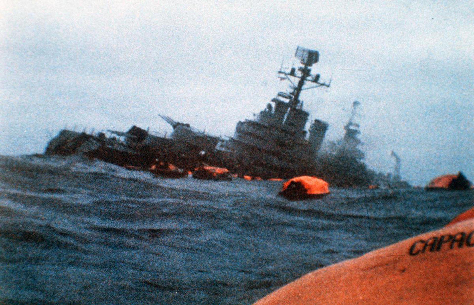 El hundimiento del ARA General Belgrano se produjo el domingo 2 de mayo de 1982 porel ataque del submarino nuclear británico HMS Conqueror. Llevaba 1091 tripulantes, murieron 323 (AP)