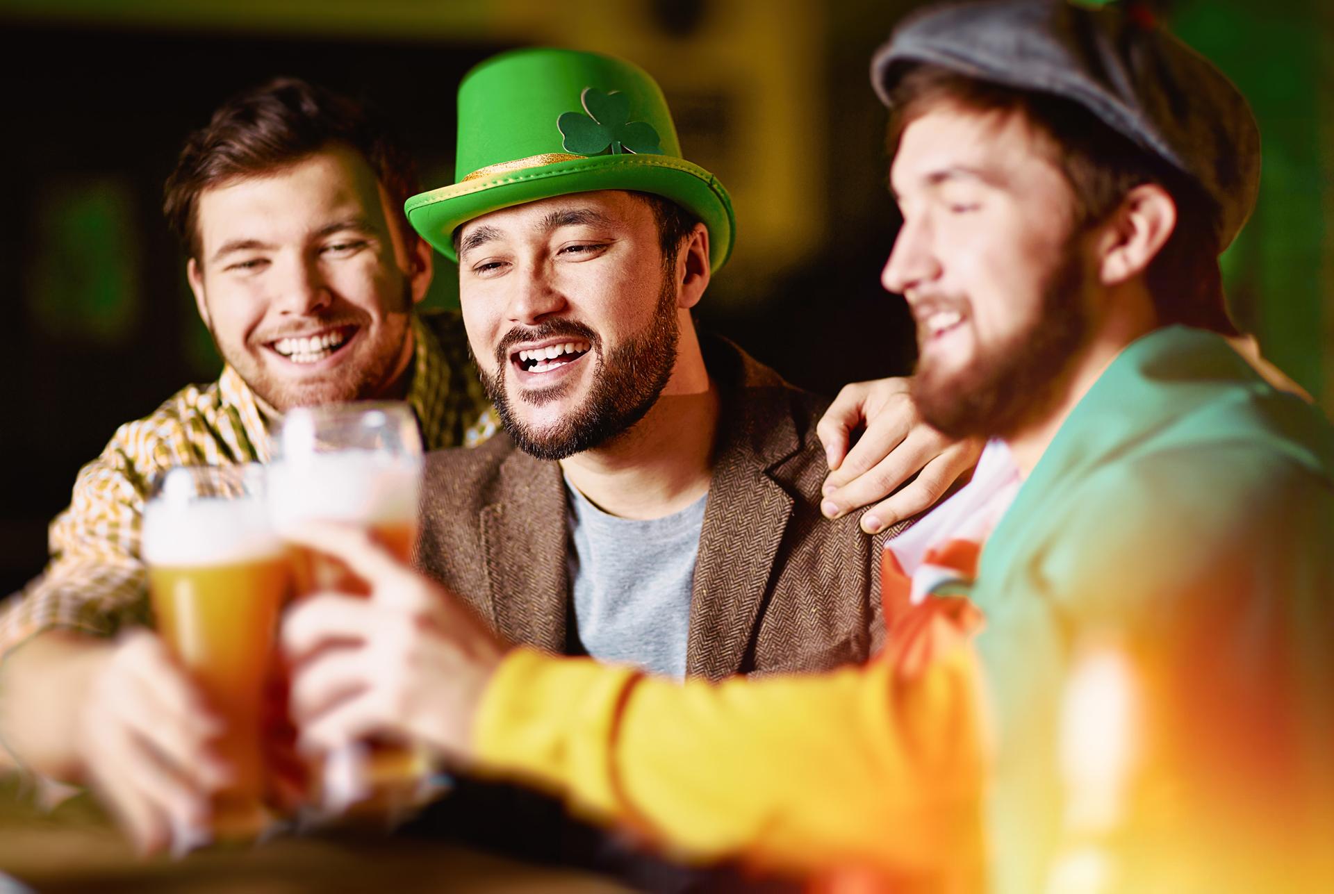 Cerveza, música y vestimenta verde, ítem indispensable para los festejos (iStock)