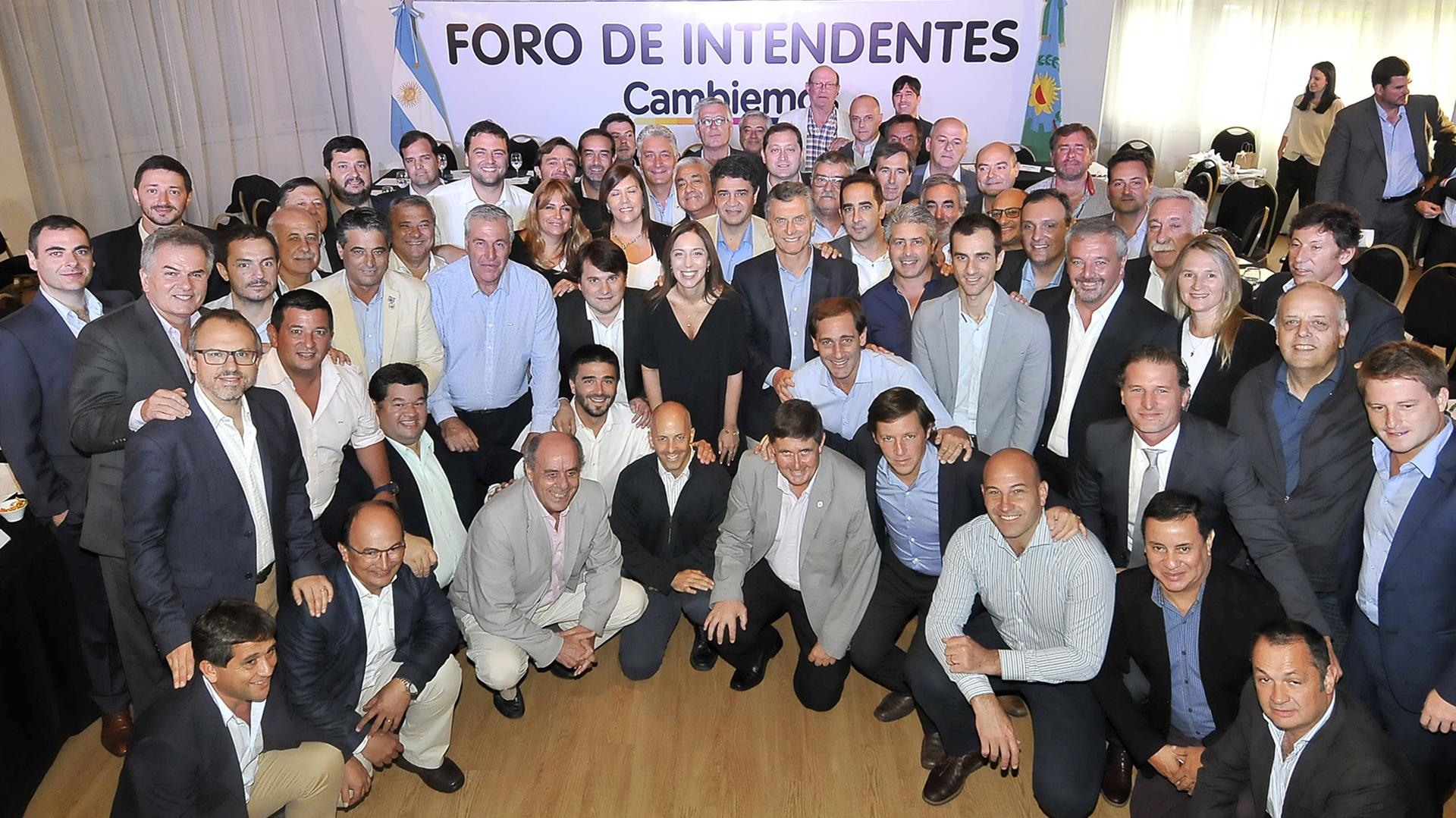 Los jefes comunales bonaerenses del Foro de Intendentes de Cambiemos junto a la gobernadora María Eugenia Vidal y el presidente Mauricio Macri