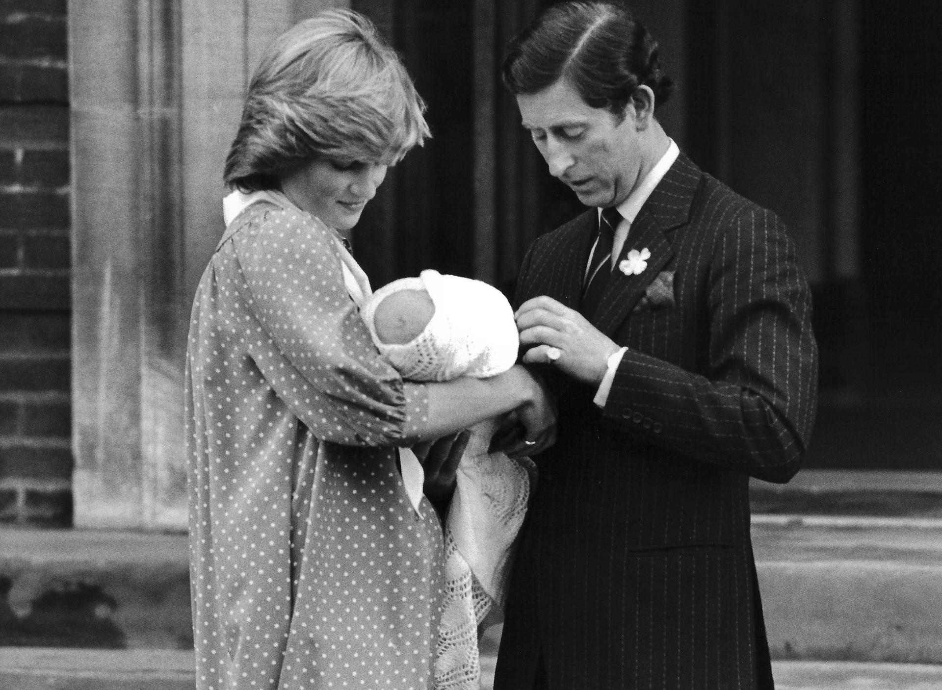 En su primera aparición luego de haber dado a luz, Diana eligió un vestido a lunares midi con un gran lazo en el cuello blanco en forma de moño