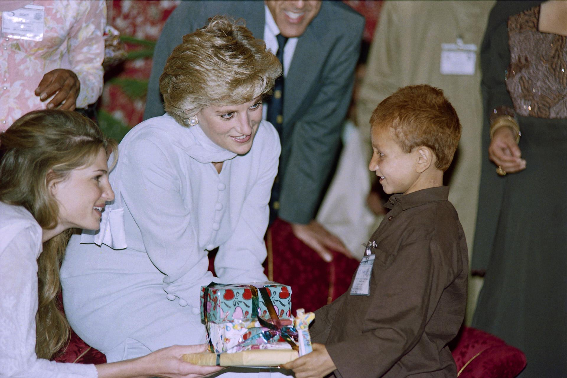 1e809bf64 Aunque Diana era criticada por algunos de los atuendos elegidos para sus  visitas oficiales, siempre