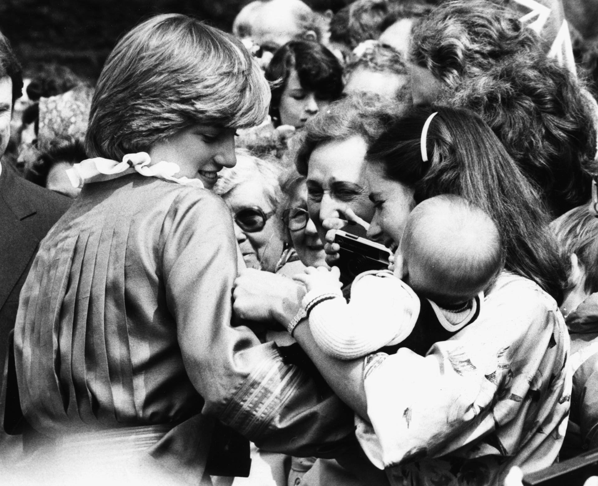 En la presentación oficial de su primer hijo lucióun vestido midi plisado, una tendencia furor en la época (Foto de Graham Turner/Keystone/Getty Images)