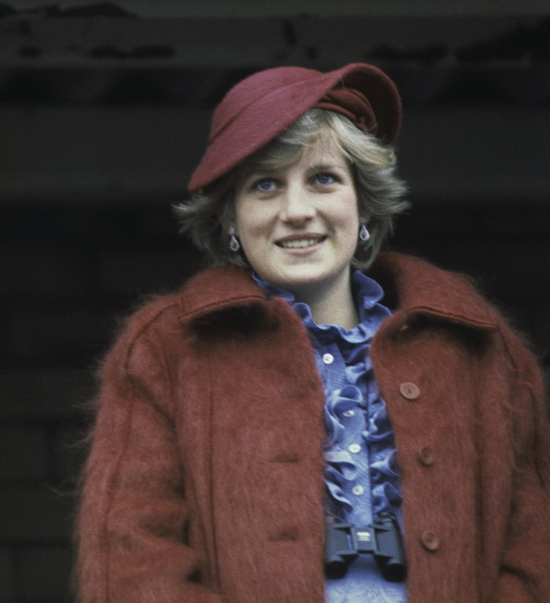 Camisas con jabot y tapados oversize de pelo, un clásico del invierno de la princesa Diana (Photo by Hulton Archive/Getty Images)