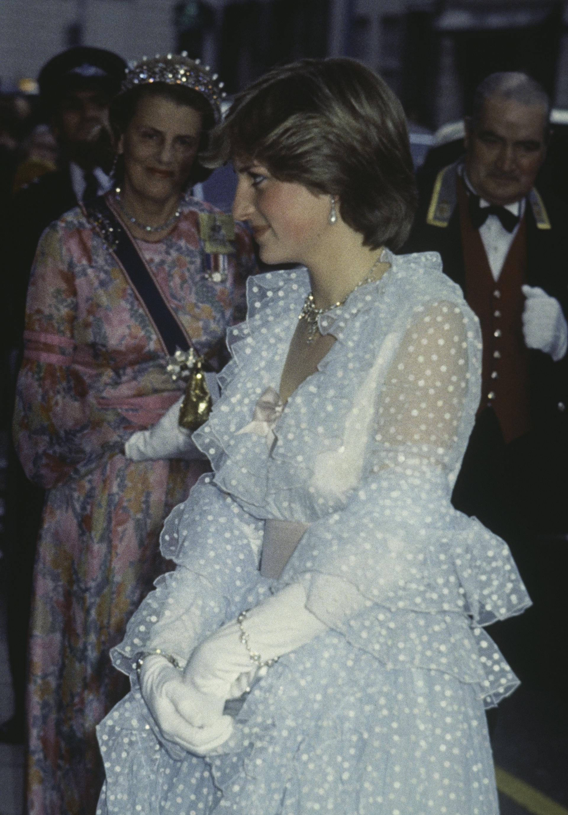 Blanco y a lunares con guantes al codo, Lady Diana Spencer en el banquete en honor al rey Halid de Arabia Saudita en 1981 (Photo by Keystone/Hulton Archive/Getty Images)