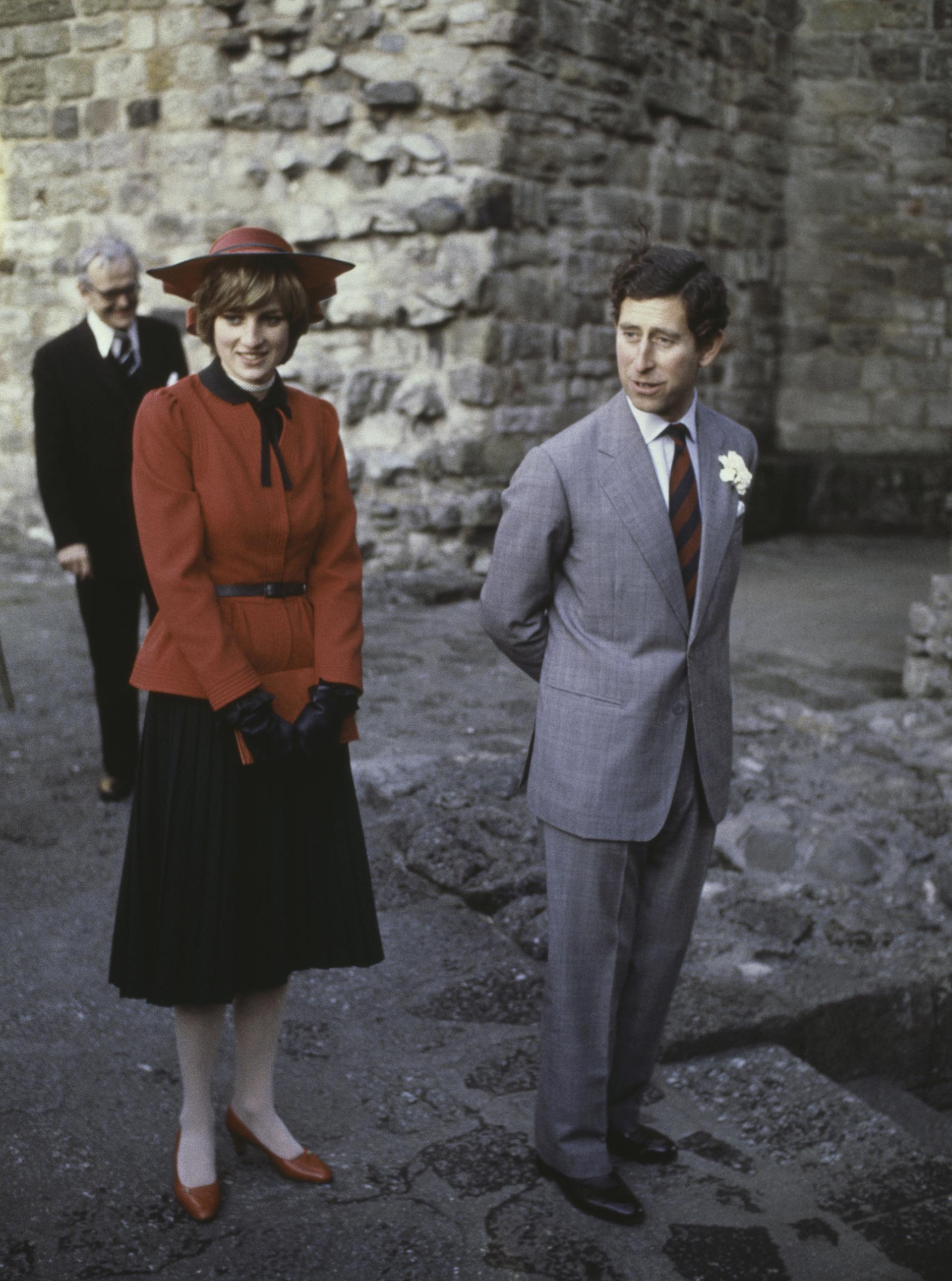 Desde pequeña siguió la tradición de los sombreros. En la imagen vestía unsaco entallado con cinturón, lazo y guantes de cuero negro combinados con una falda a la rodilla plisada: Diana siempre usaba medias de nylon (Foto de Hulton Archive/Getty Images)
