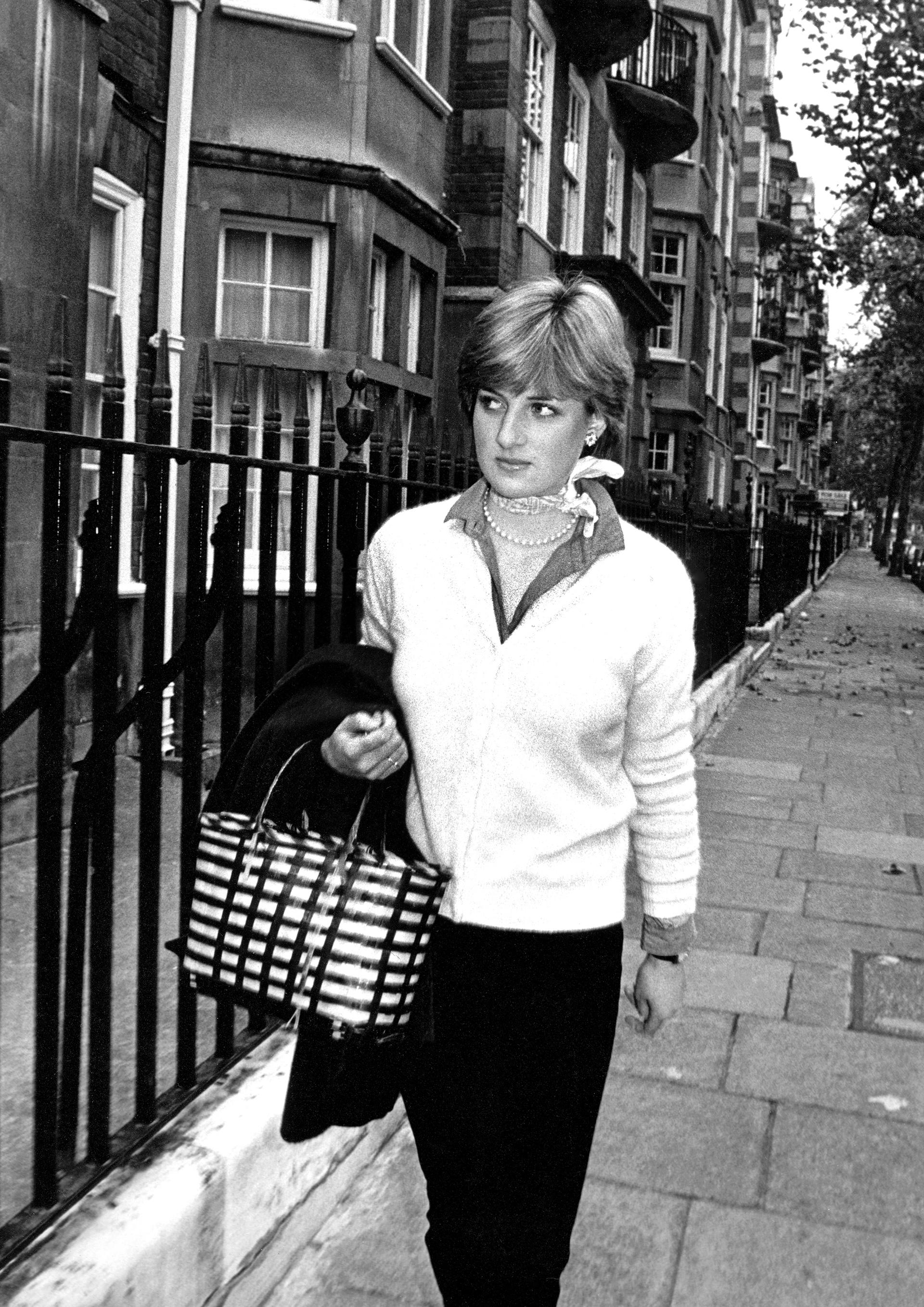 En las afueras de su departamento en Colherne Court, Brompton, Londres en 1980, Diana lucía un clásico look de la ciudad: camisa y sweater
