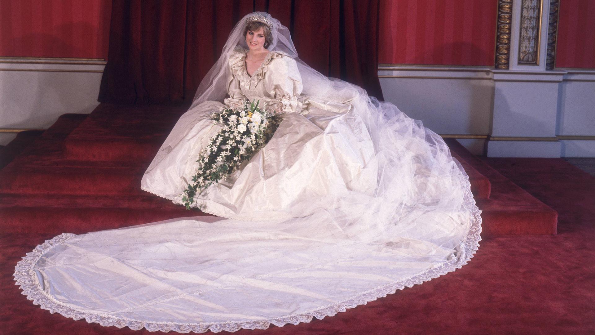 29 de julio, 1981: Lady Diana Spencer con su vestido de novia diseñado por David y Elizabeth Emanuel, con cola de más de cuatro metros, un gran ramo de flores y velo de tul (Photo by Fox Photos/Getty Images)