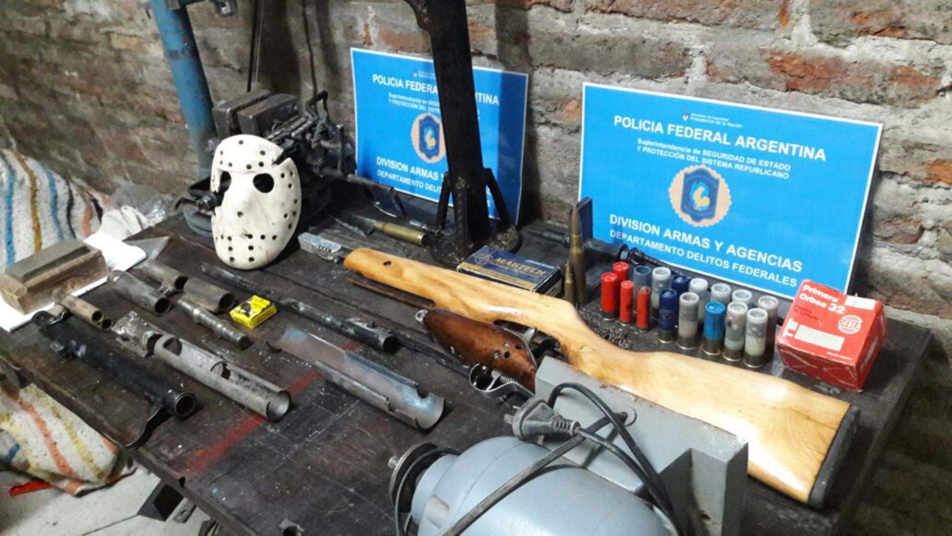 También había municiones y armas en proceso.