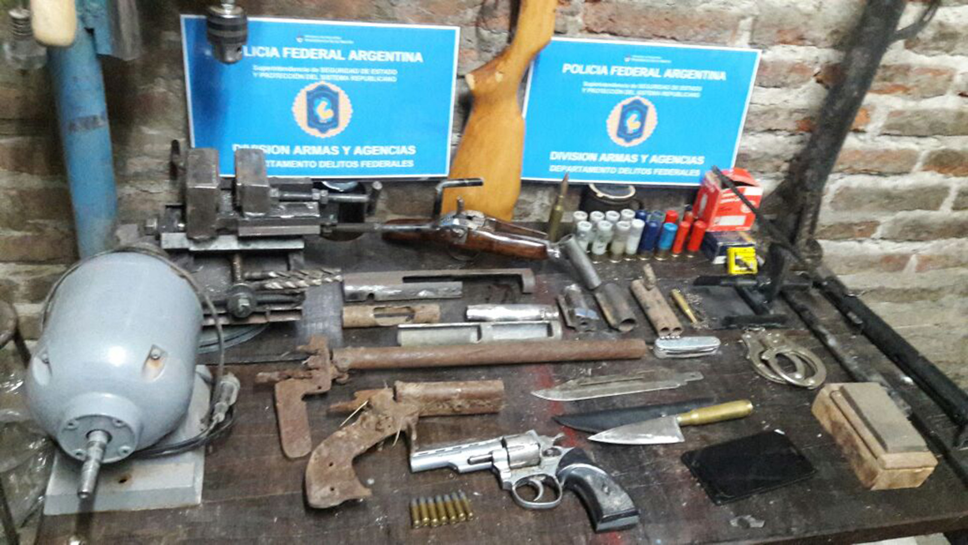 El taller de Maffullo: armas y tornos.