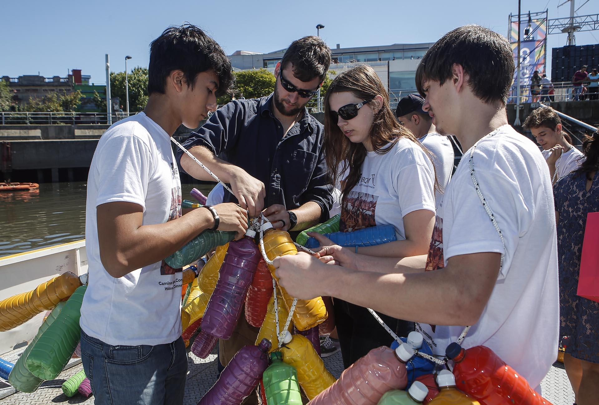 Cubrieron el río de colores con estrellas de colores realizadas con botellas descartables por organizaciones e instituciones educativas y sociales preocupadas por la protección del Riachuelo