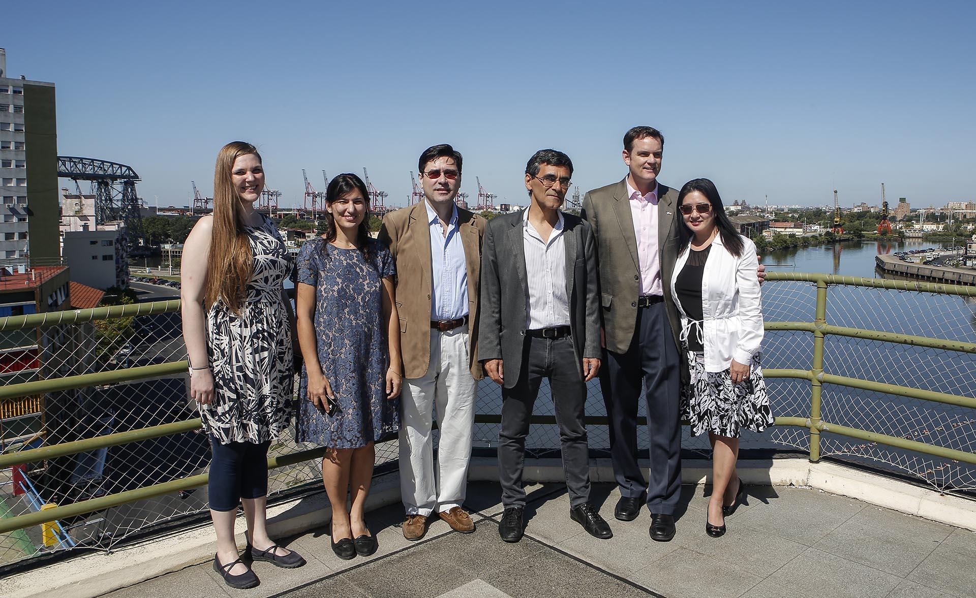 Tom Cooney, embajador interino de los Estados Unidos en Buenos Aires junto a su esposa Debora, el director del Museo de Bellas Artes Benito Quinquela Martín Víctor Fernández y autoridades del museo