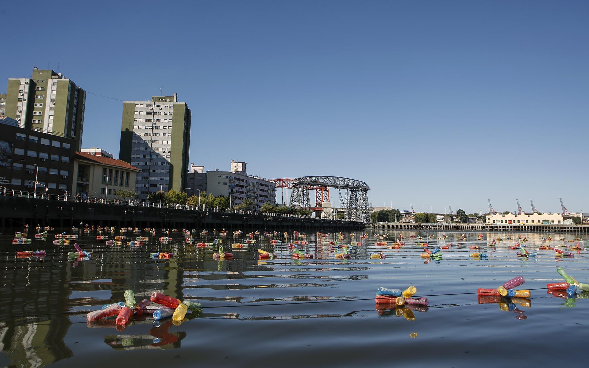 En ese río de colores, los chicos de ambos países salieron a navegar simbólicamente en una embarcación construida con materiales reciclados