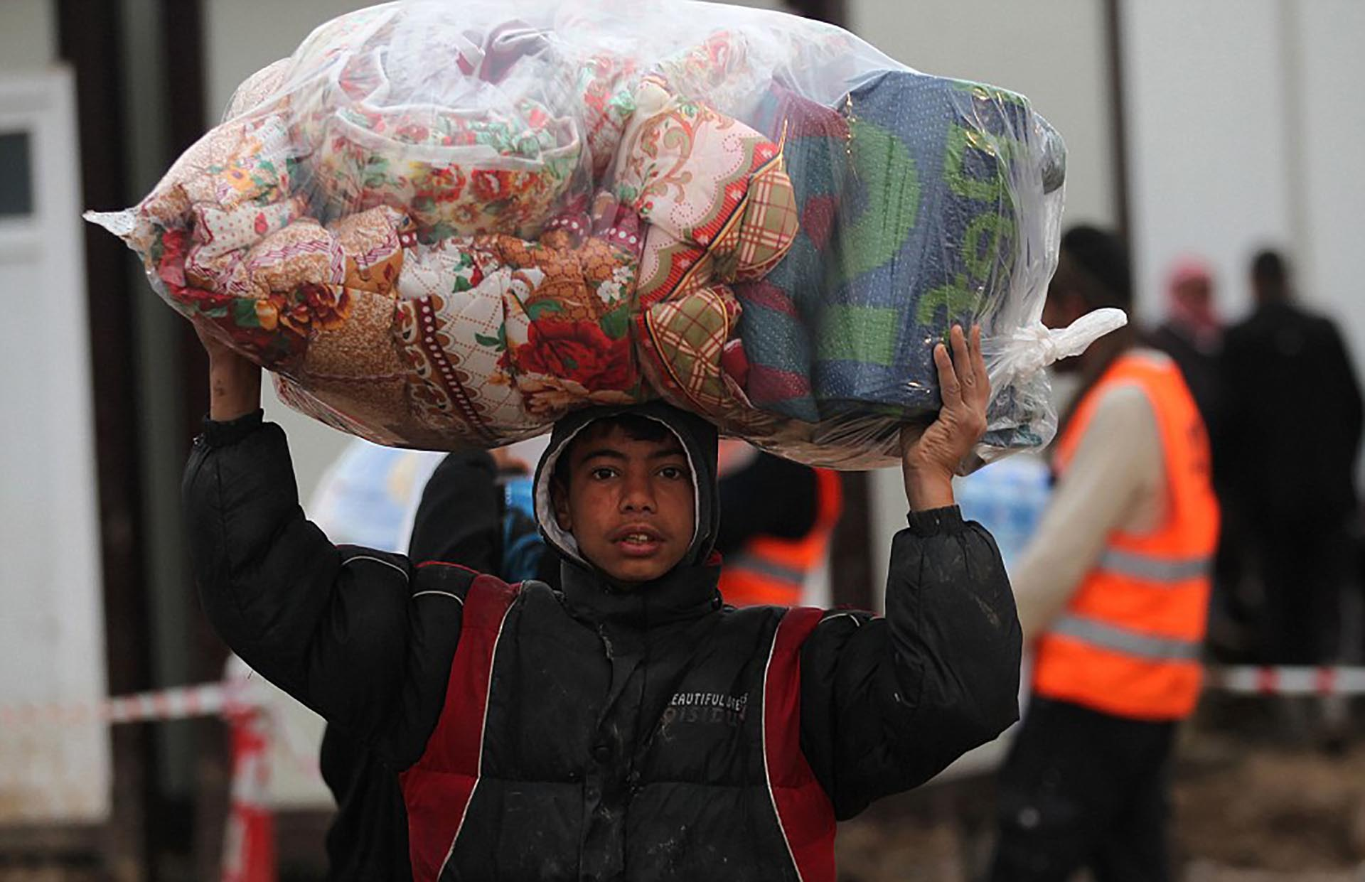 Los refugiados son provistos de mantas para enfrentar el frío (AFP)