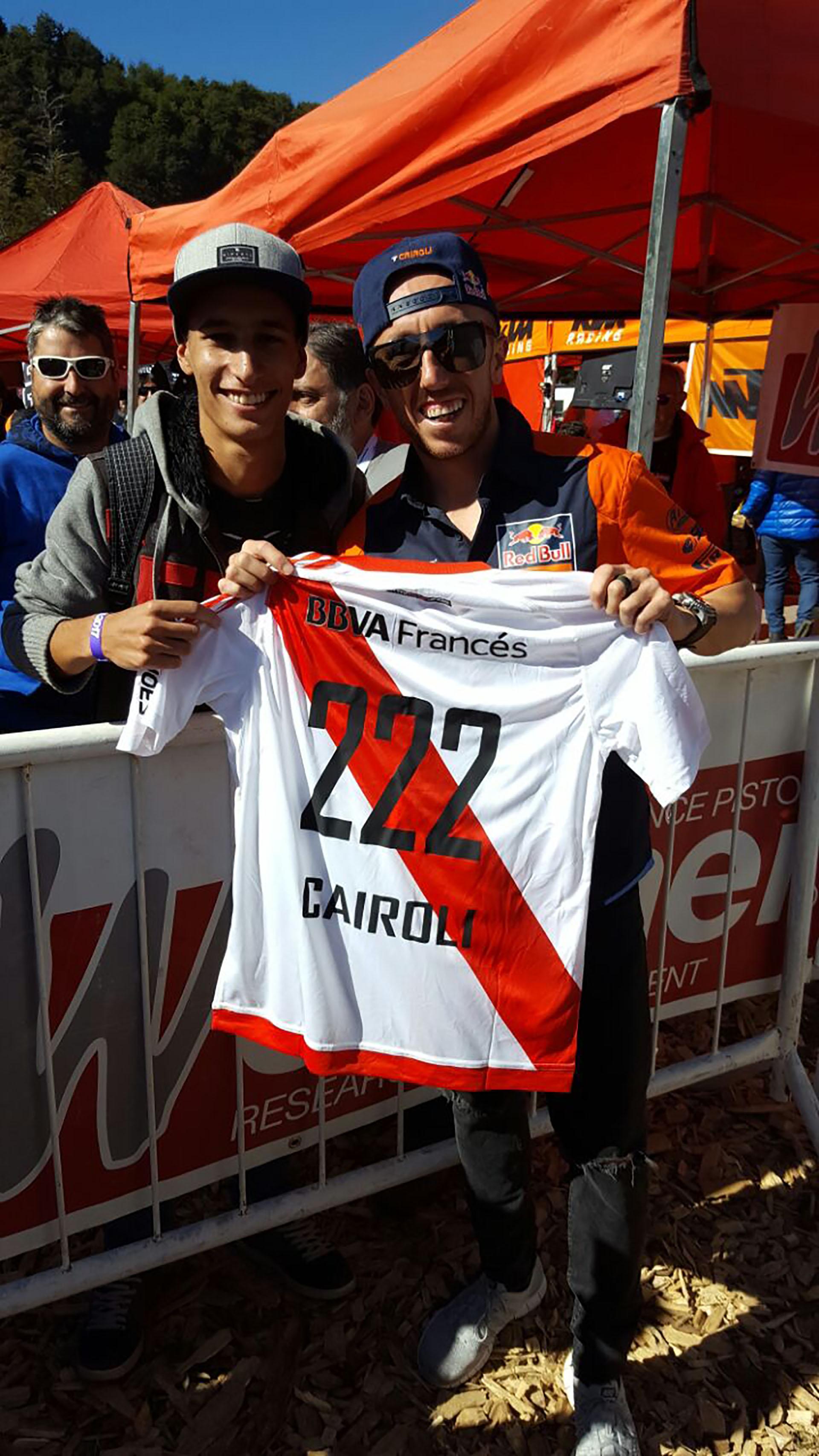 Un fanático de River, llamado Agustín Rodríguez Albert, le regaló su camiseta al italiano Tony Cairoli