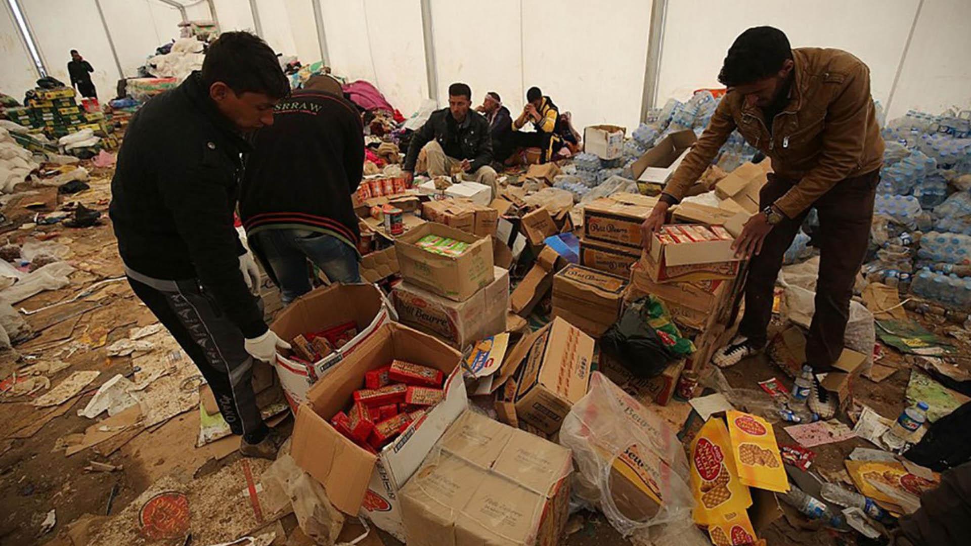 Los refugiados reciben comida en los campamentos (AFP)