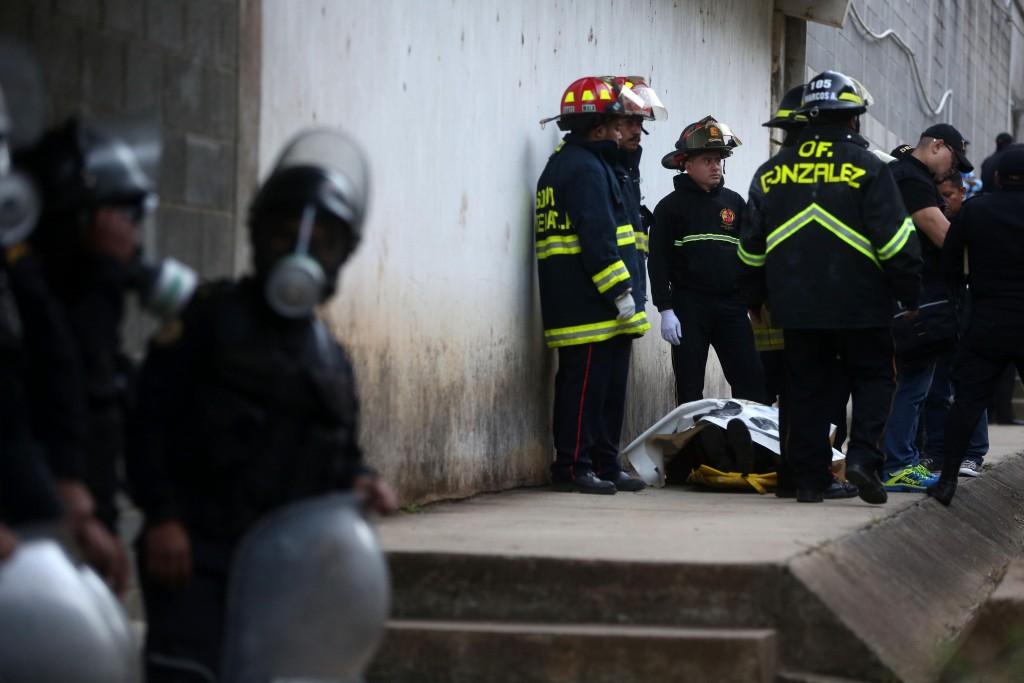 Bomberos guatemaltecos permanecen junto al cuerpo del monitor fallecido(EFE)