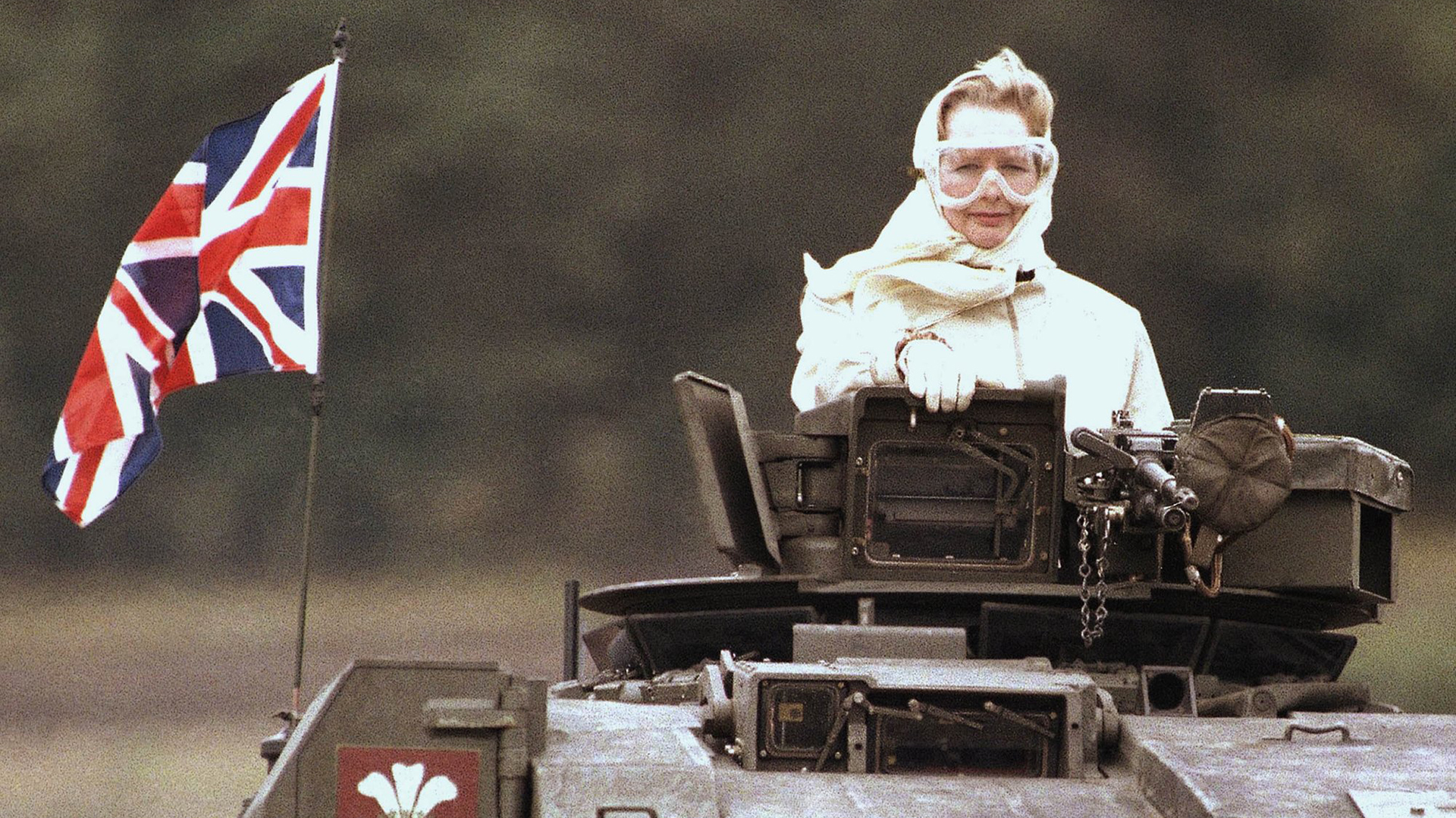 """La Primer Ministro británica Margaret Thachter, conocida como """"La Dama de Hierro"""", estuvo en el poder entre 1979 y 1990. La imagen fue tomada durante una visita a una base militar después dela guerra (AFP)"""