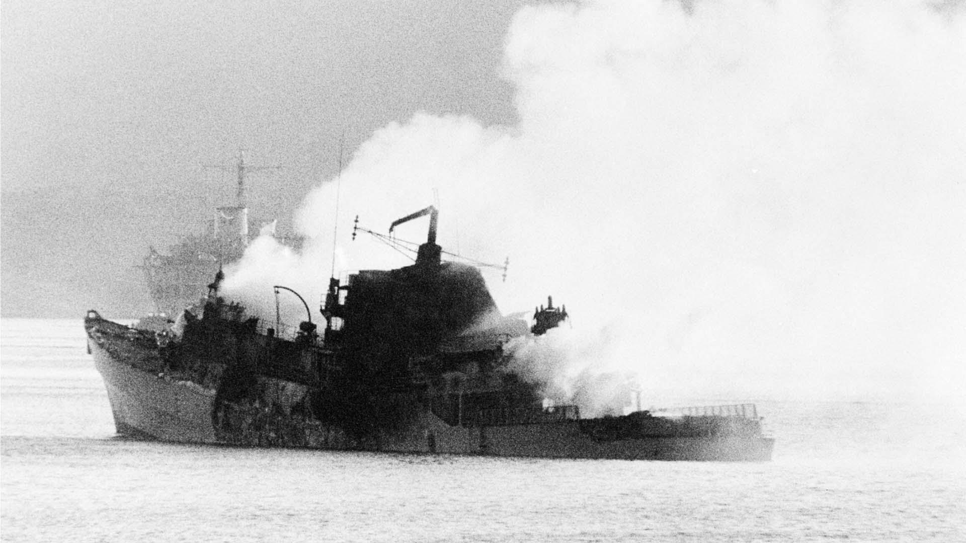 23 de mayo: una escuadrilla de aviones Skyhawk A4-B lanzan dos bombas de 1000 libras sobre el HMS Antelope, penetran el casco pero no explotan (Imperial War Museums)