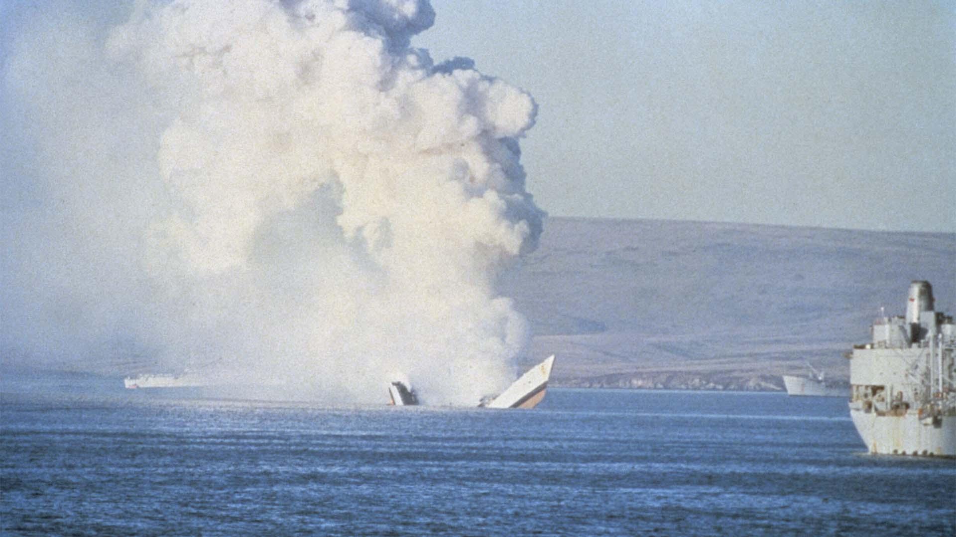 El hundimiento de la fragata HMS Antelope. Por la explosión el barco se parte al medio (Imperial War Museums)