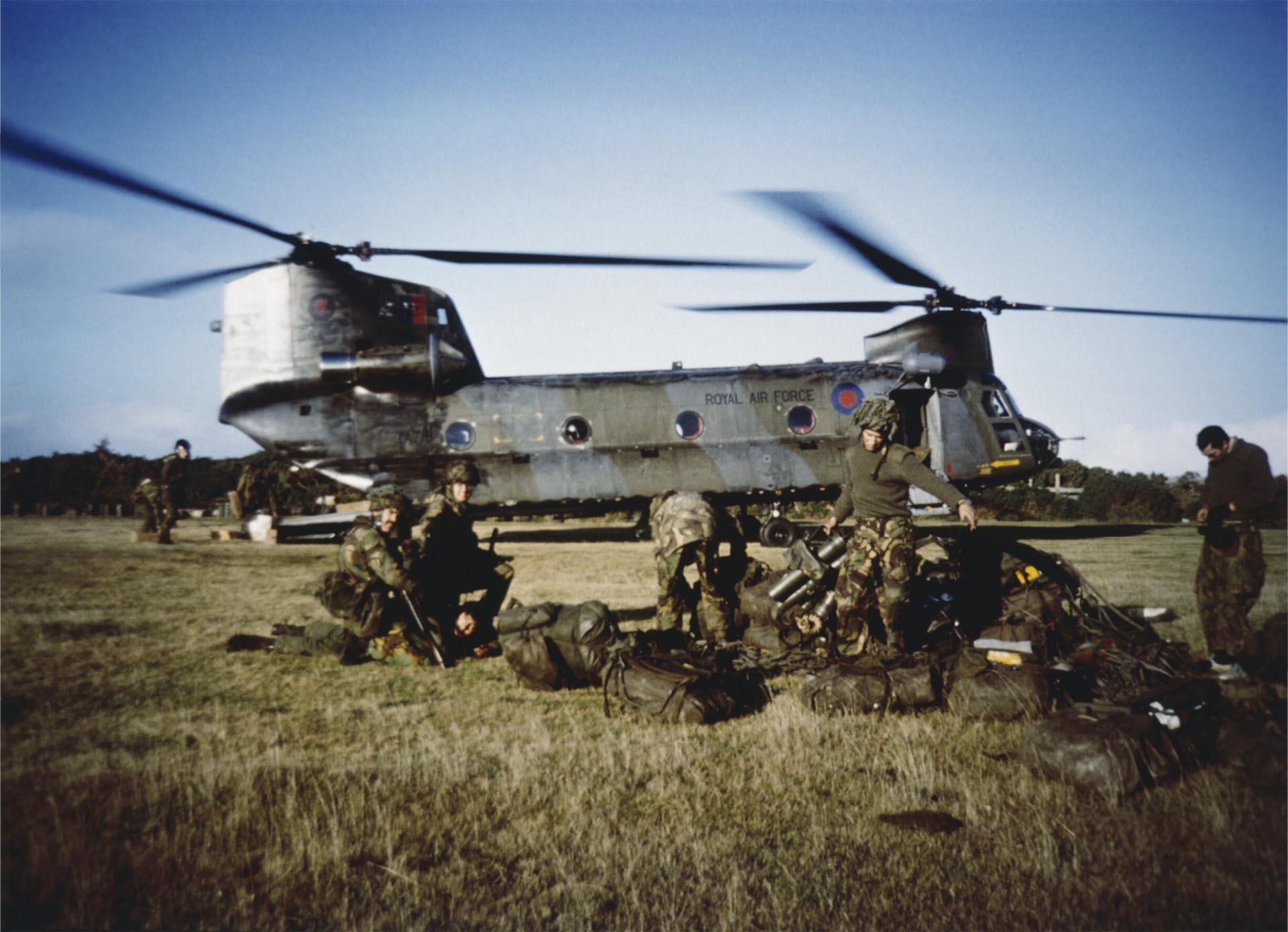 Soldados británicos esperan el visto bueno paratransportar a un prisionero argentino al cuartel general el 29 de mayo de 1982 (Imperial War Museums)