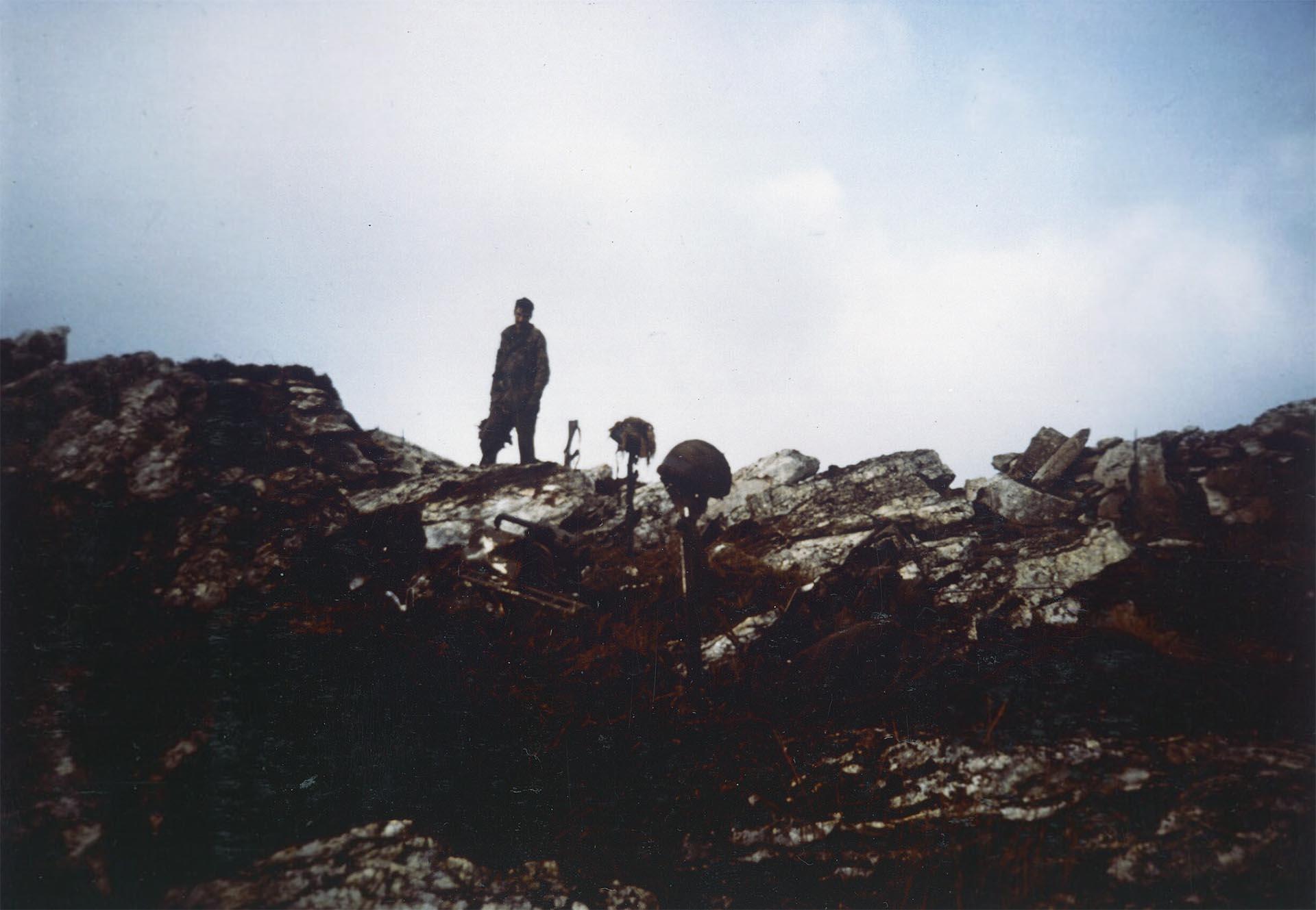 Cascos de soldados caídos sobre sus armas luego de la batalla de Monte Longdon el 12 de junio de 1982, considerada una de las más importantes de todo el conflicto bélico, y que terminó con victoria británica (Imperial War Museums)
