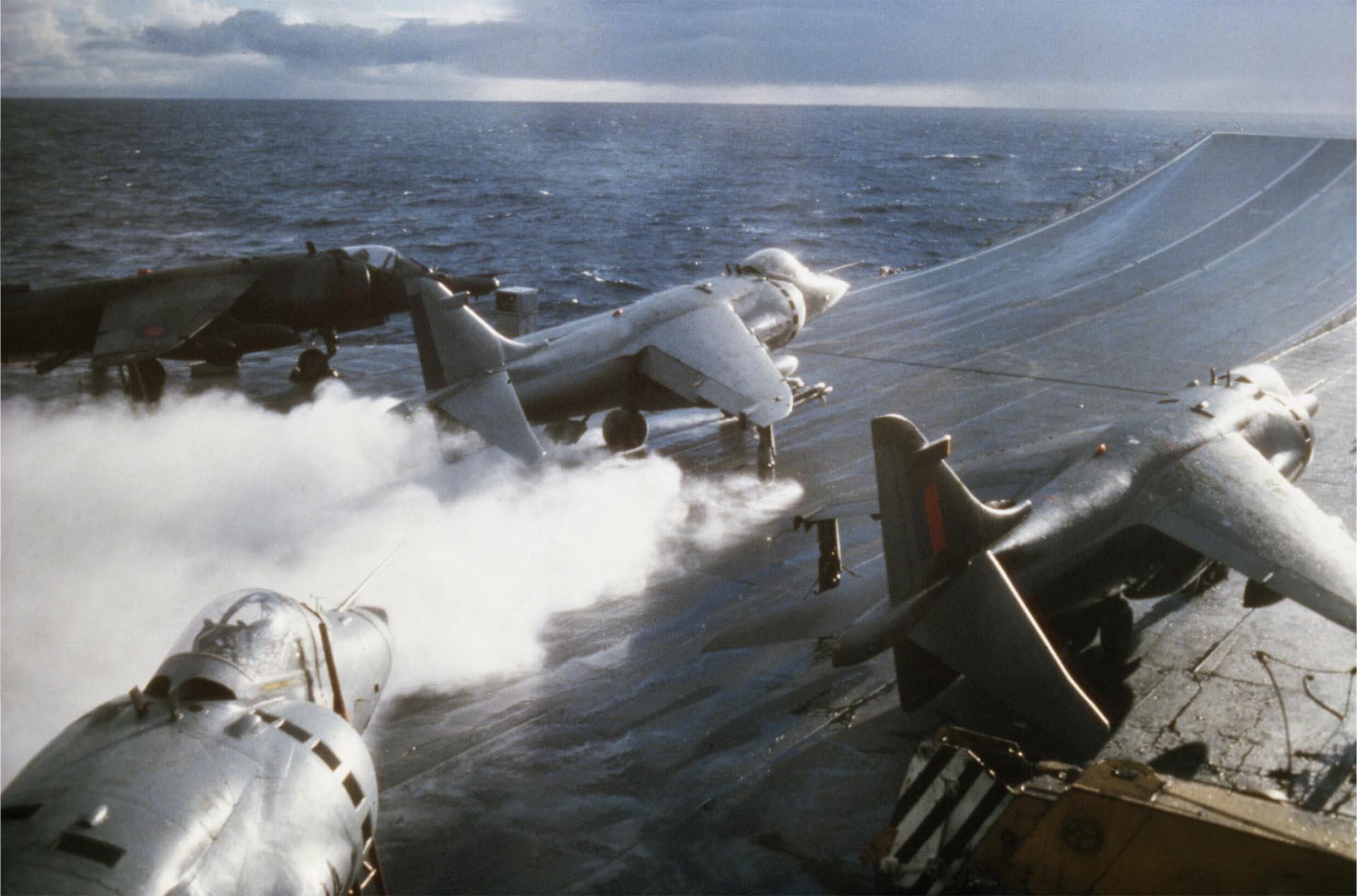 Un Harrier XZ 499 despegan de la cubierta del HMS Hermes. Los 28 Sea Harrier que operaban desde el Invencible y desde el Hermes efectuaron un total de 2.376 salidas, comprendidas las misiones para la defensa de la flota durante las 24 horas, así como misiones de ataque (Imperial War Museums)