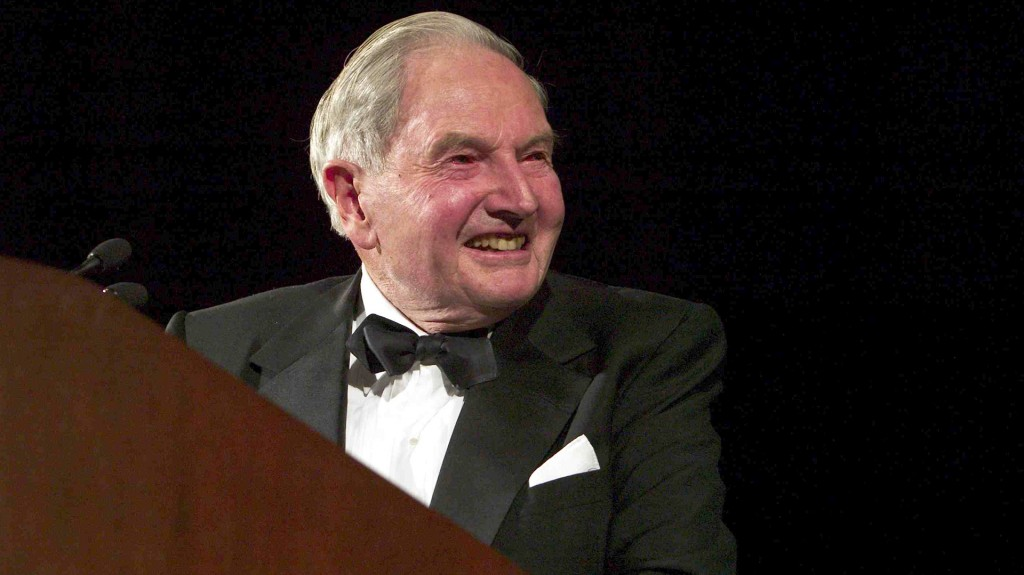 David Rockefeller premiaa Colin Powell, por entonces secretario de Estado, con el premioMarshall el 12 de noviembre de 2003 en Washington, DC. (Brendan Smialowski/Getty Images)