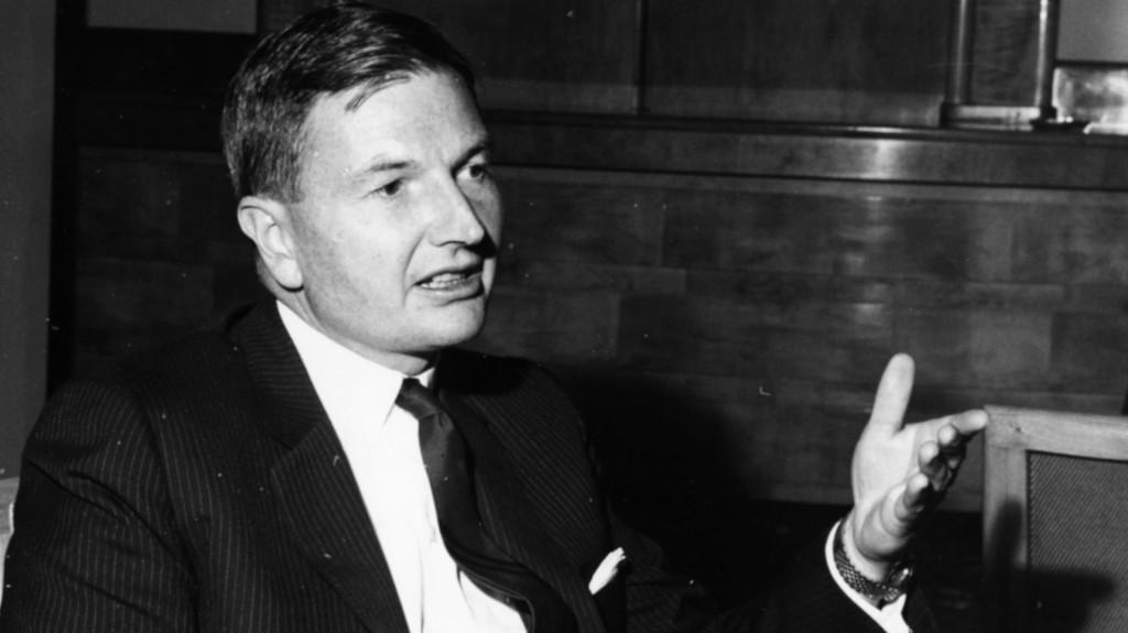 Una imagen de David Rockefeller, dialogando en el Savoy Hotel durante el foro Chase Investment, en Londres, 21 octubre de 1963. (Moore/Fox Photos/Getty Images)
