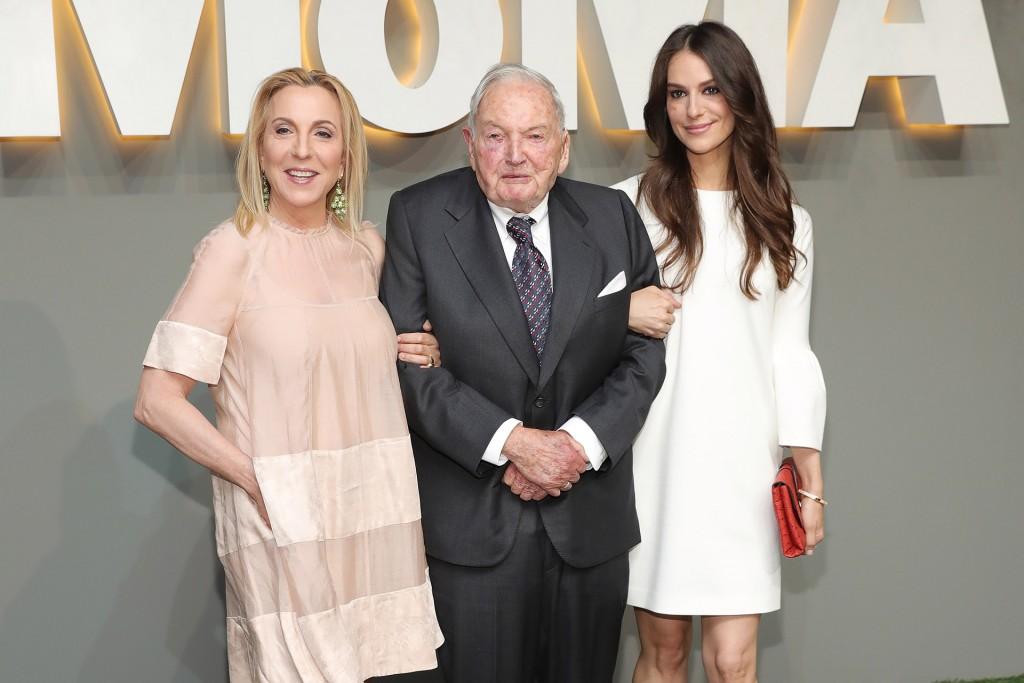 Susan Rockefeller, David Rockefeller Sr., y Ariana Rockefeller asisten a la fiesta del Museo de Arte Moderno en el jardín del MOMA el 1º de junio de2016. (Neilson Barnard/Getty Images)