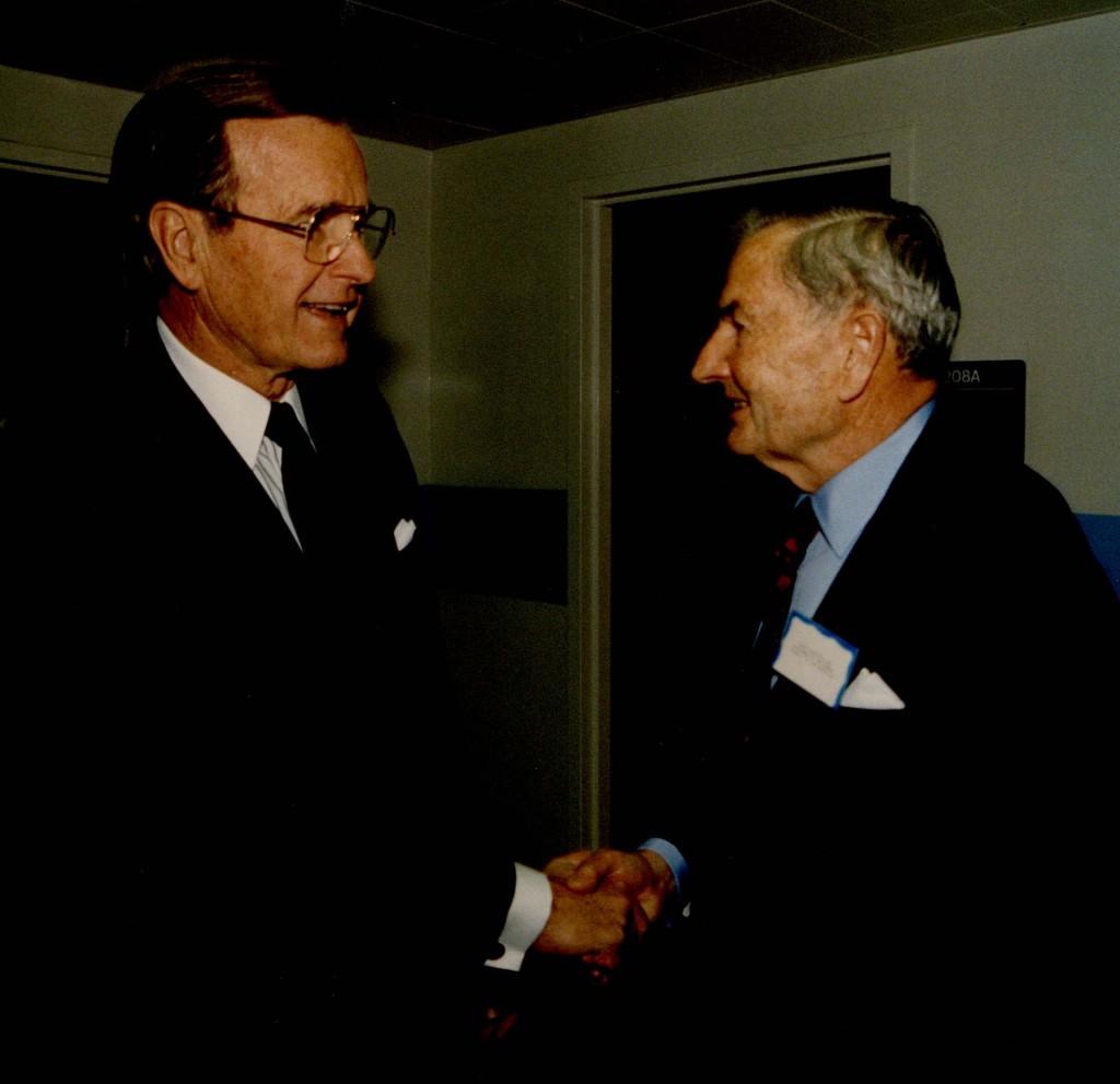 El presidente George Bush saluda a David Rockefeller en una conferencia del Consejo de las Américas en Washington, DC, en 1989.
