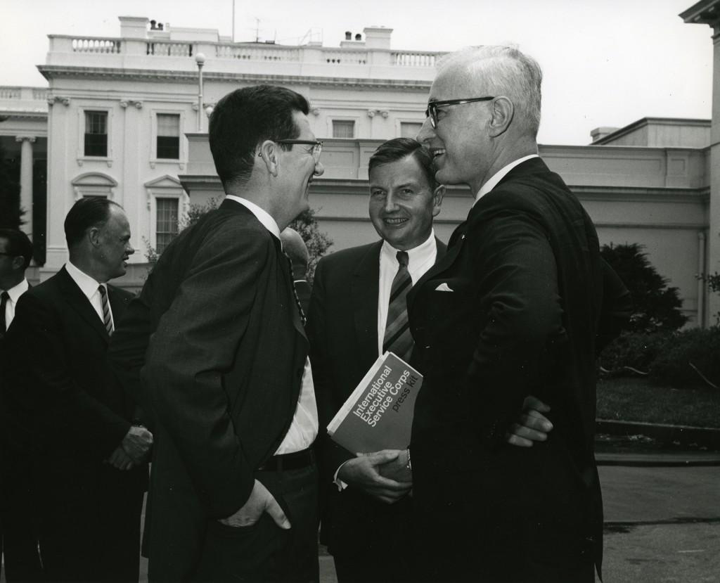 Durante una conferencia de prensa en los jardines de la Casa Blanca, Rockefeller (con la carpeta en la mano) presenta el Servicio Internacional para Ejecutivos que él mismo patrocina desde1964.