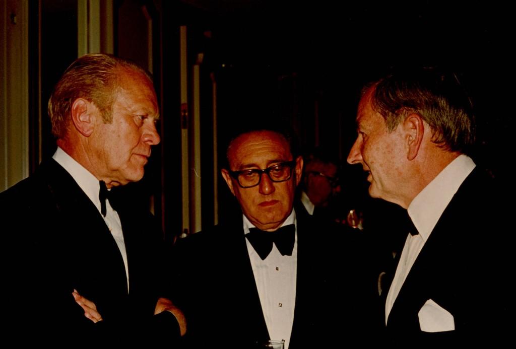 El presidente estadounidense Gerald Ford dialoga con el secretario de Estado Henry Kissinger yDavid Rockefeller en 1975.