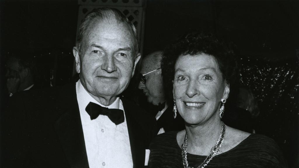 Peggy y David Rockefeller asisten a la cena de caridad de la Rockefeller University, fundada por el abuelo de David en 1901.