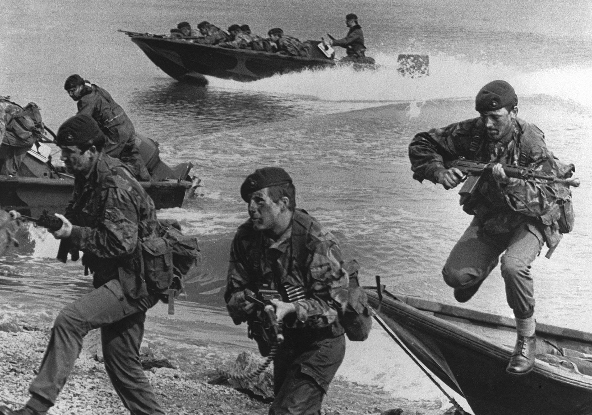 Durante la guerra se publicó esta foto de archivo que muestra a Marines de la armada real británica, realizando ejercicios de entrenamiento. Esos ejercicios se transformaron en realidad el 21 de mayo, cuandola Brigada de Comandos 3 del Brigadier Julian Thompson desembarcó en SanCarlos (EFE)