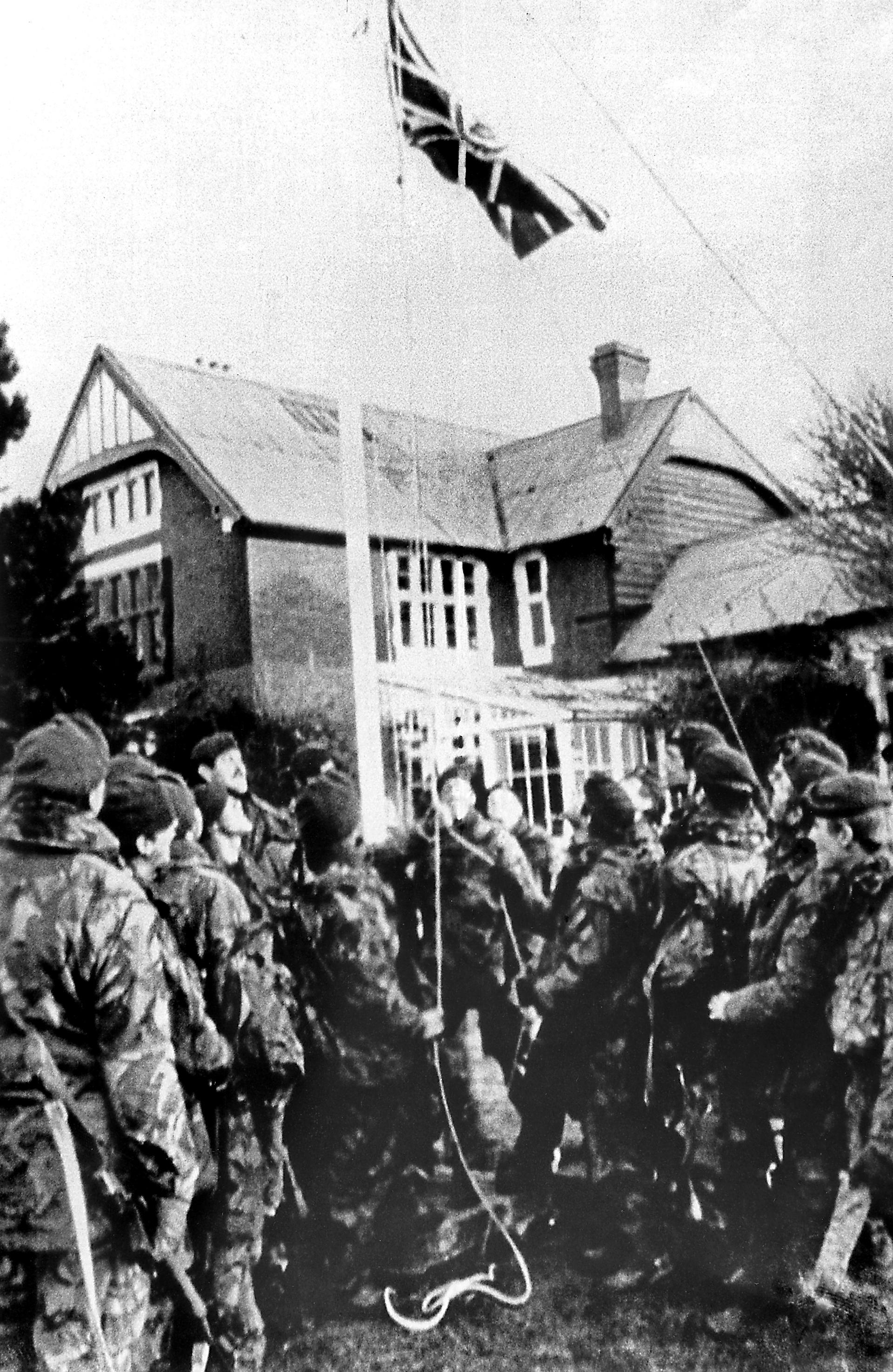 Soldados del ejército británico izan la bandera de su país tras la firma de los acuerdos de alto el fuego entre los generales Jeremy Moore y el gobernador militar de las islas, Mario Benjamín Menéndez
