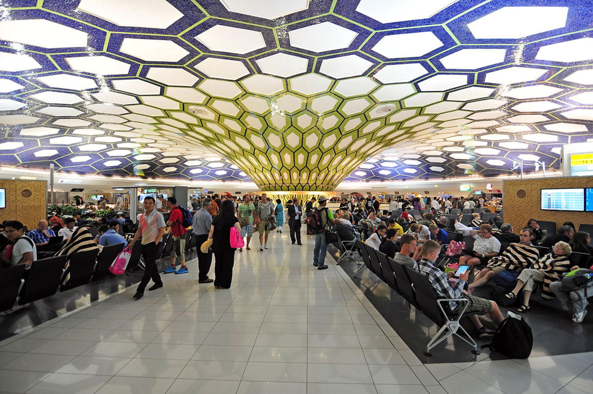 El aeropuerto de Abu Dhabi es uno de los más lujosos del mundo y recibe a miles de millones de turistas por año
