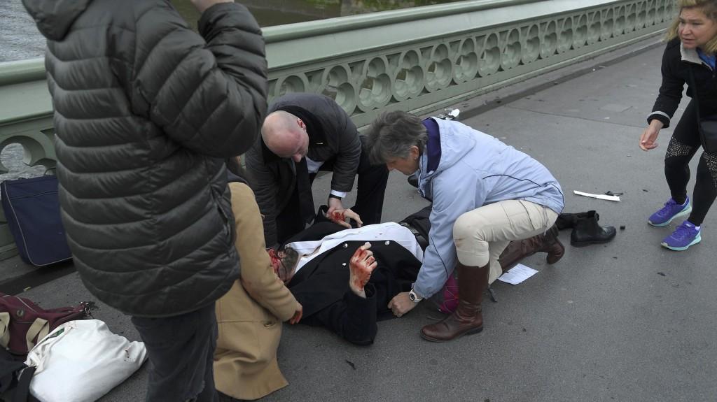 Las personas heridas fueron asistidas por los peatones hasta la llegada del personal médico (reuters)