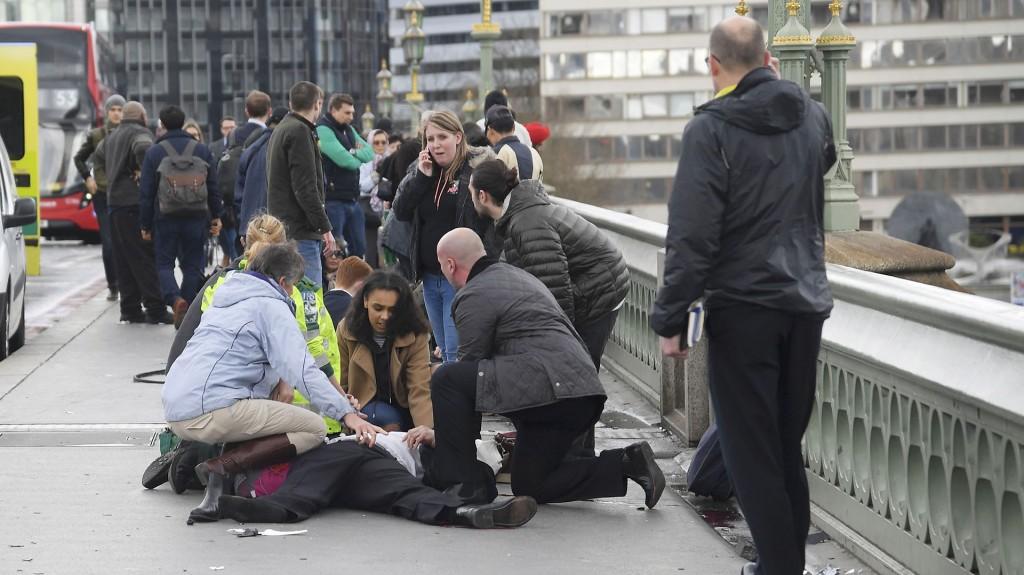 Heridos reciben ayuda sobre el puente (Reuters)