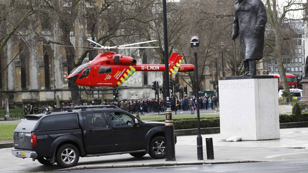 La ambulancia aérea aterriza frente al Parlamento (Reuters)