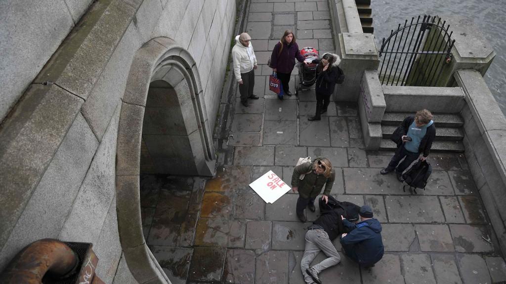 Un herido que habría caído del puente (Reuters)