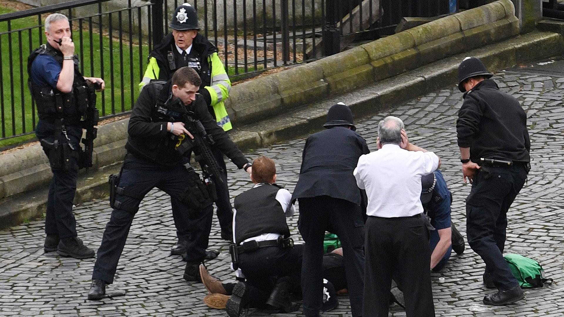 Un agente de la Policía Metropolitana neutraliza al agresor. Debajo de su pie, tiene el arma con la que el terrorista mató al agente que intentó detenerlo (AP)