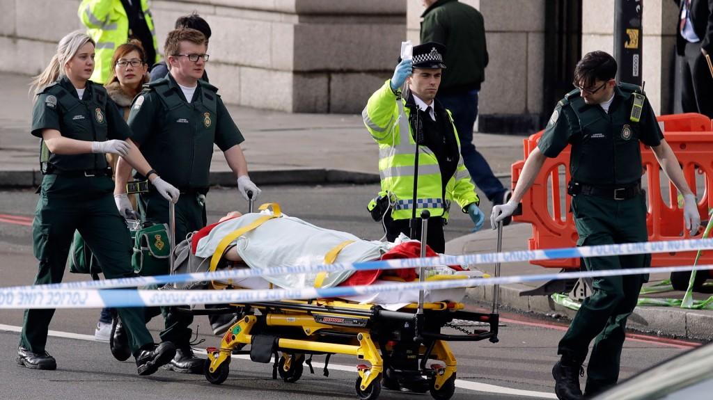 Paramédicos y policías retiran a un herido (AP)
